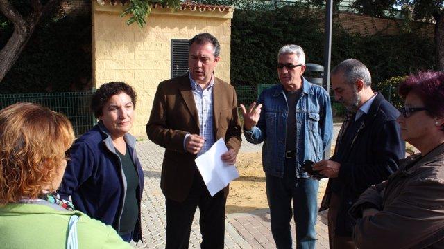 El portavoz municipal del PSOE, Juan Espadas, con vecinos del Parque Estoril