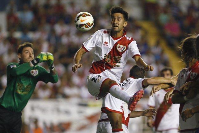 Alberto Bueno, jugador del Rayo Vallecano, salta para coger un balón