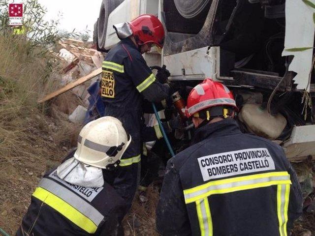 Bomberos trabajando en el accidente de tráfico de Torreblanca