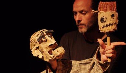 Javier Aranda y sus títeres representan mañana 'Parias' en la sala Escena Miriñaque