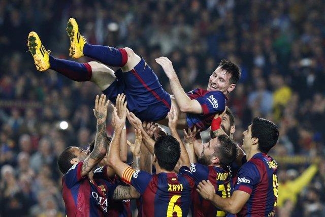 Messi con sus compañeros del Barcelona ante el Sevilla
