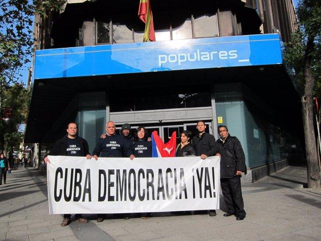 Activistas de Cuba Democracia ¡Ya! ante la sede del PP en Madrid