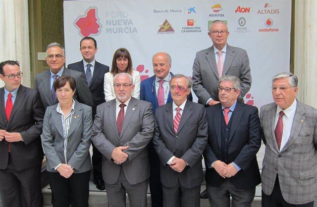 Barbacid, con los organizadores del Foro Nueva Murcia