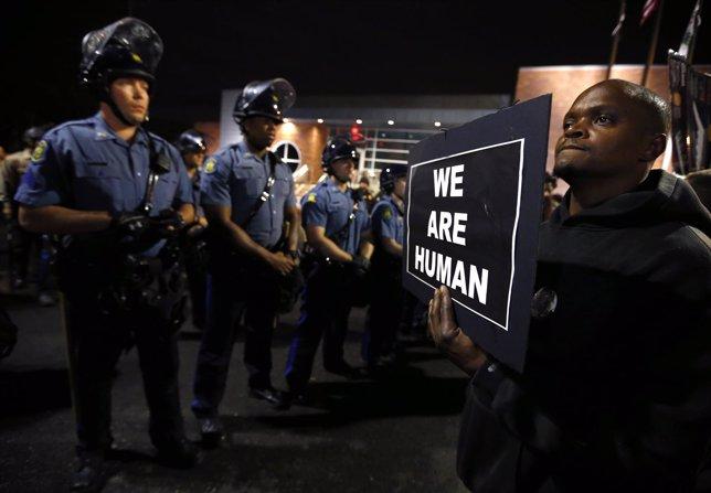 Protestas en Ferguson por la muerte de un joven negro