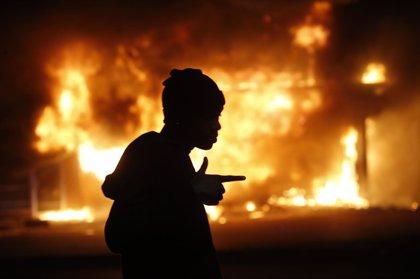 Al menos 29 detenidos y una docena de edificios incendiados en Ferguson