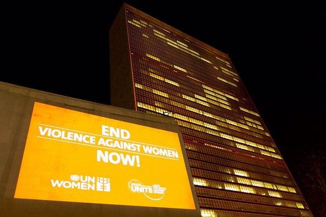 Sede de la ONU de color naranja por Día contra Violencia contra la Mujer