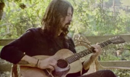 Vídeo: Dave Grohl versiona en acústico Something from Nothing de Foo Fighters