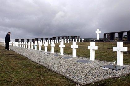 Forenses argentinos tratan de identificar a los soldados enterrados en Malvinas