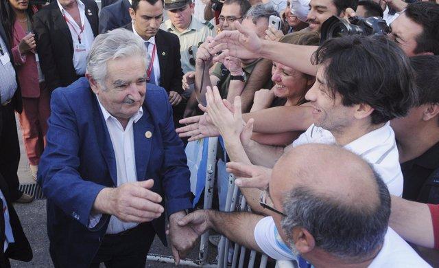 José Mujica saluda a la gente después de un mitin en Chile