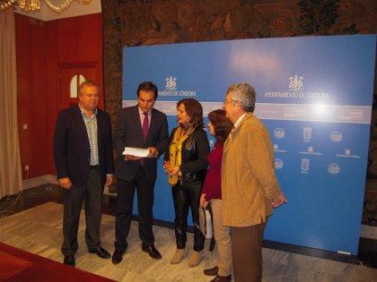 Córdoba.- Cultura.- CSIF entrega 15.000 firmas de apoyo a la Orquesta de Córdoba en el Ayuntamiento y en la Junta