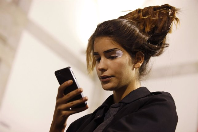 Joven mirando el móvil