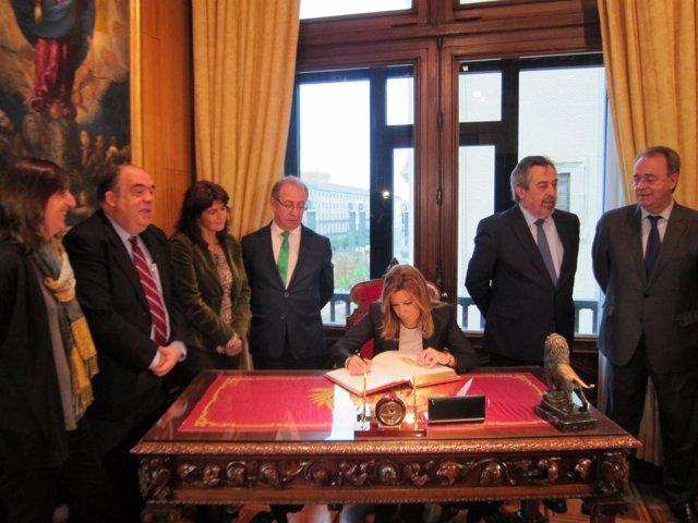 Susana Díaz firma en el libro de honor