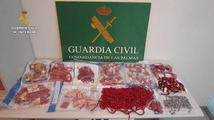 La Guardia Civil incauta en Gran Canaria productos de bisutería hechos con semillas tóxicas para la salud