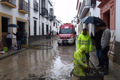 Especialistas de la UME y la Armada instruyen a bomberos para casos de inundación