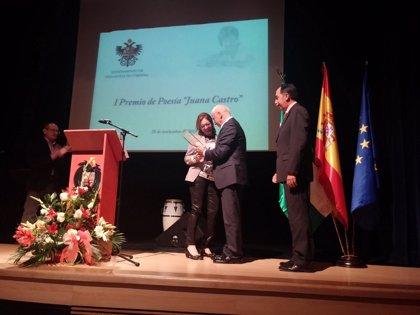Cultura.- Luciano Alonso entrega el I Premio de Poesía 'Juana Castro' a Matilde Cabello