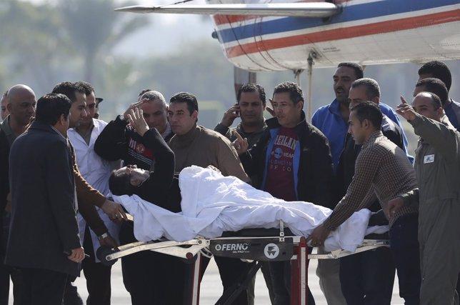 Hosni Mubarak saluda a sus simpatizantes tras su absolución