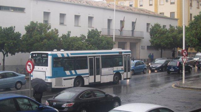 Un autobús de Emtusa por las calles de Huelva.