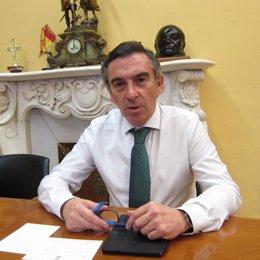El presidente de la DPZ y del PP-Zaragoza, Luis María Beamonte, en su despacho