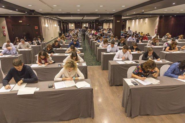 Empleados de Caixabank se examinan en Pamplona de un posgrado