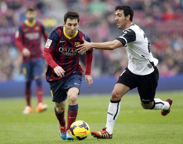 Messi escapa de Parejo en un Barcelona-Valencia