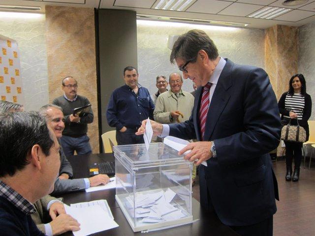 Arturo Aliaga votando esta mañana en la sede del PAR en Zaragoza.
