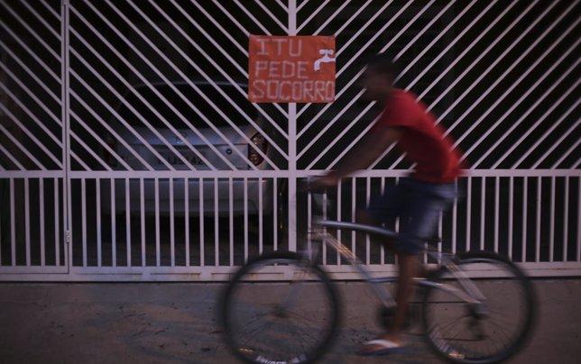 Un hombre en bicicleta en Brasil.