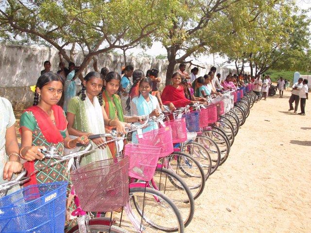Bicicletas Sin Fronteras entrega 106 bicis en la Fundación Vicente Ferrer