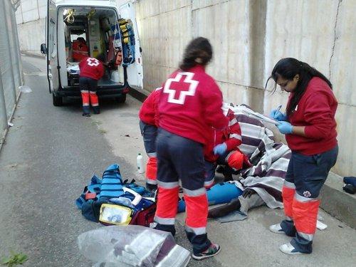 Cruz Roja atiende a inmigrantes en la frontera de Ceuta