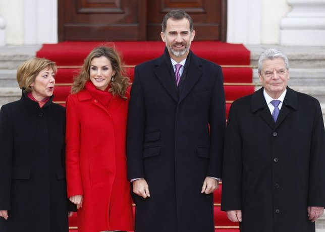 German President Joachim Gauck and his partner Daniela Schadt (L) welcome Spain'