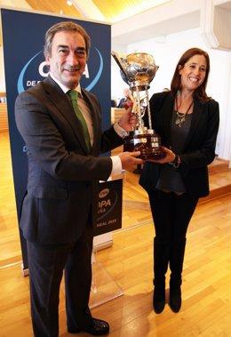 Javier Lozano entrega a Rosa Romero la Copa de España