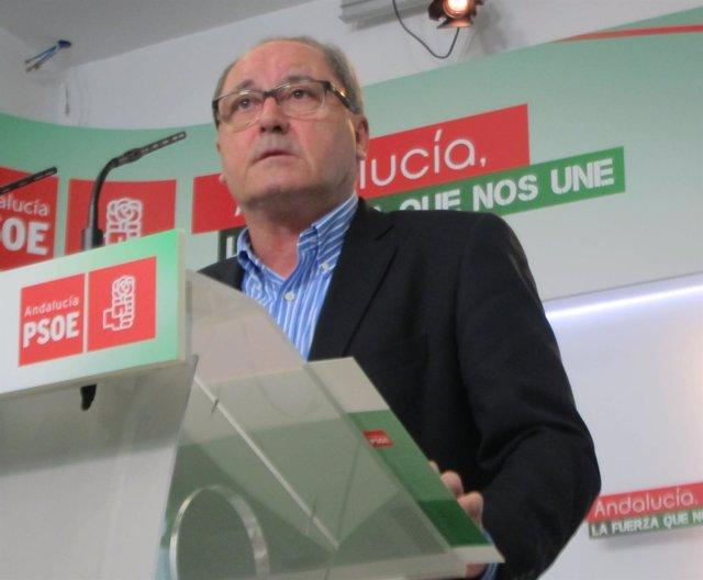 Juan Cornejo este lunes en rueda de prensa en el PSOE-A