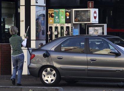(Ampl.) El precio de la gasolina disminuyó en octubre un 3,4% y el del gasóleo, un 3%, según la CNMC