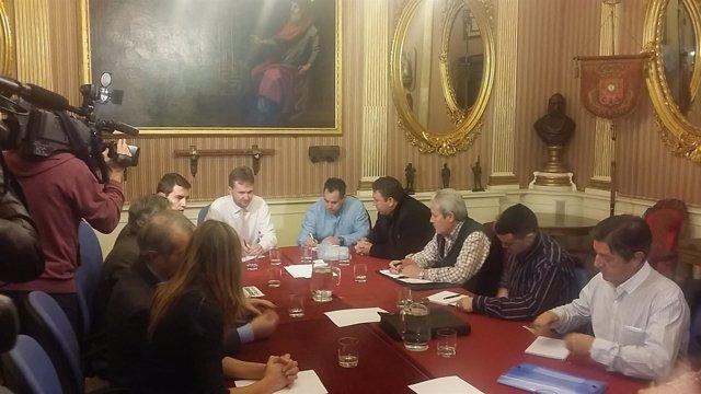 El alcalde con el comité de Campofríoel pasado día 21