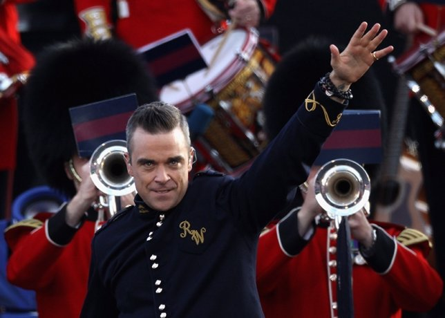 LONDON, ENGLAND - JUNE 04:  Singer Robbie Williams performs on stage during the