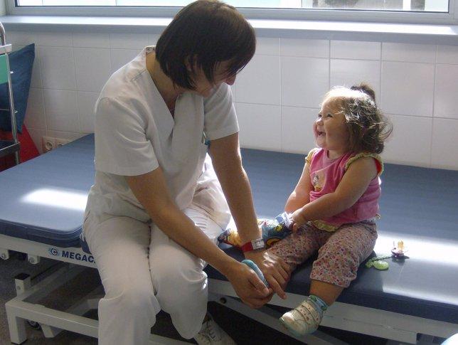 Niña con hemiparesia recibe tratamiento