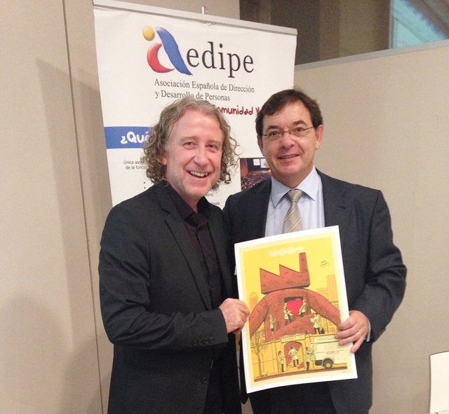 El presidente de AEDIPE entrega premio al director de RRHH de Grupo Fuertes