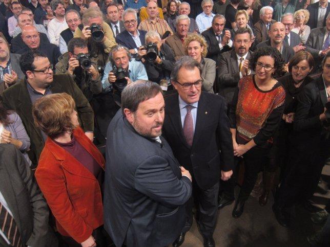 Oriol Junqueras saluda a Artur Mas antes de su conferencia