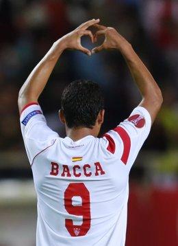 Carlos Bacca celebra un gol con el Sevilla