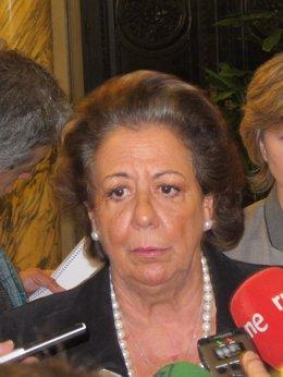 Rita Barberá atendiendo a los medios de comunicación