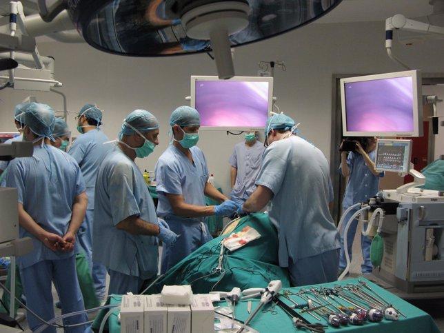 Cirujanos en una intervención