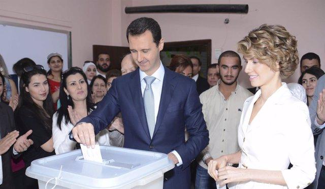 Presidente de Siria Bashar al-Assad y su esposa Asma votan