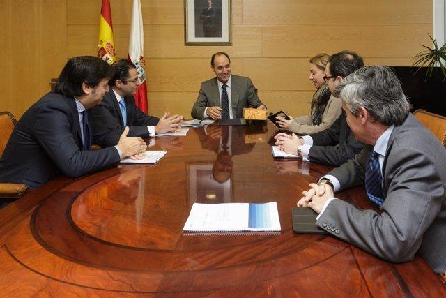 Diego recibe las pastas de representantes del BBVA