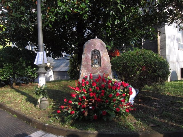 Monolito homenaje a Inaxio Uria en Azpeitia