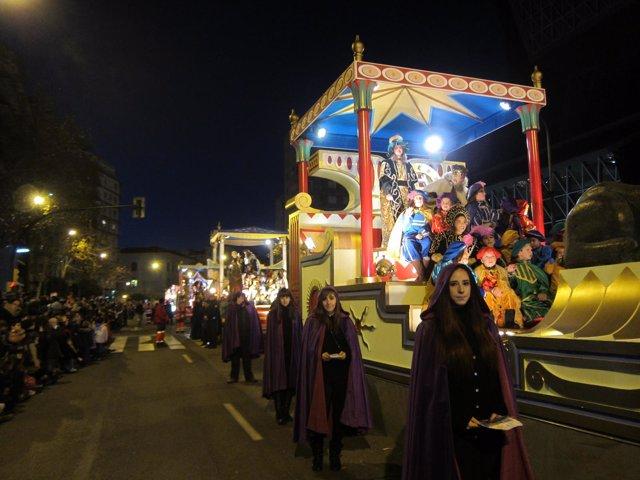 Miles de niños saludan a los Reyes Magos.