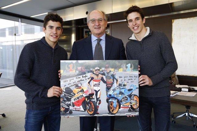 Brufau con los hermanos Marc y Alex Márquez