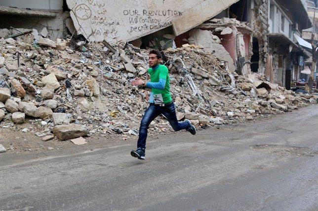 Un participante en una carrera popular en Alepo (Siria)