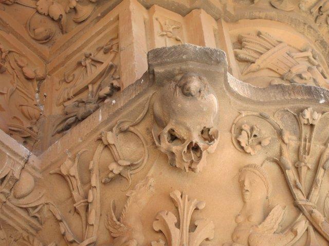 Detalle de la rana en la fachada histórica de la Universidad de Salamanca