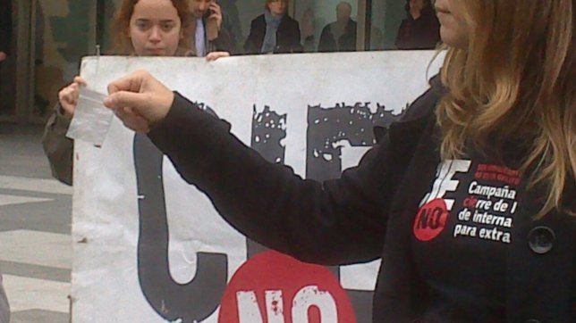 Una de las representantes de la campaña con una chinche