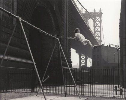 Una exposición reúne desde mañana en Valladolid imágenes de Cartier-Bresson, Robert Capa, Herbert List o Paul Strand