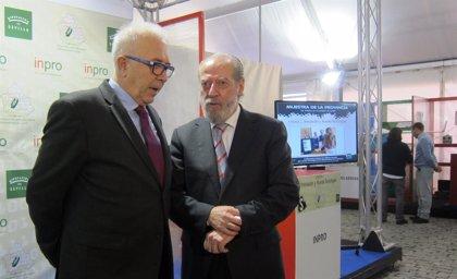 Junta y Diputación abogan por impulsar las nuevas tecnologías para combatir la brecha digital
